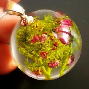 Porosty i różowy wrzosiec naszyjnik z żywicy