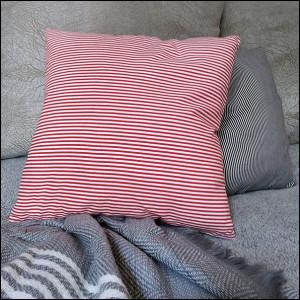 Poszewka ozdobna - czerwone paseczki