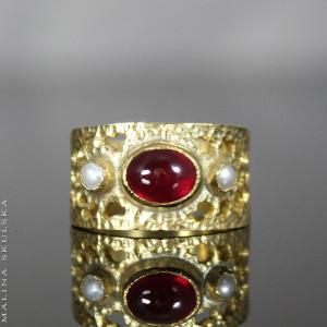Pozłacany pierścionek z rubinem i perłami