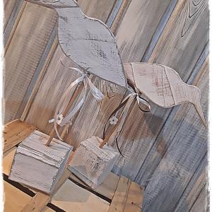 Ptak sikorka z  drewna