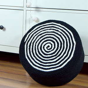 Puf czarno-biały, mniejszy, na piance tapicerskiej