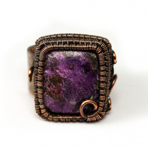 Purpuryt, Miedziany pierścionek z purpurytem.