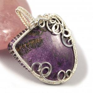 Purpuryt, Srebrny wisior z kaboszonem purpurytu