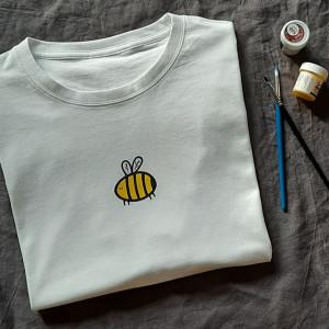 Ręcznie malowana koszulka unisex pszczółka