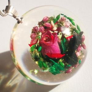 Róża i kompozycja kwiatowa naszyjnik z żywicy