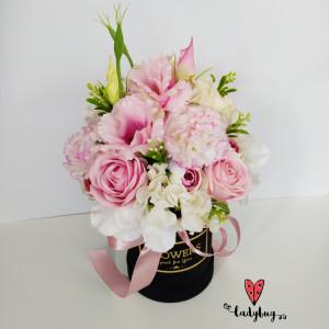 Róże i gożdziki - flowerbox z kwiatami jedwabnymi