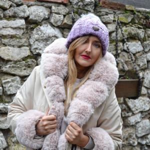 Różowa czapka z szarym futrzanym pomponem