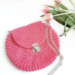 Różowa torebka na łańcuszku