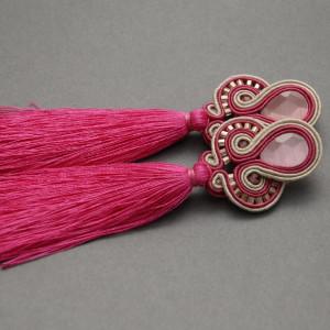 różowo-beżowe kolczyki lub klipsy sutasz