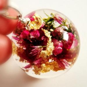 Różowy wrzosiec i złote płatki naszyjnik z żywicy