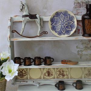 Rustykalna półka z glazurą, na kubki i talerze