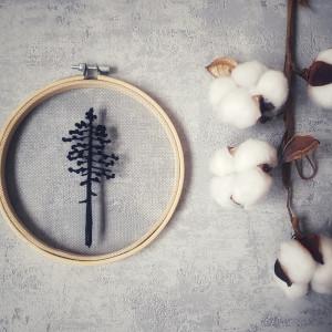 Samotna Sosna - haft na tiulu