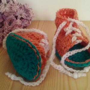 Sandałki sznurowane.