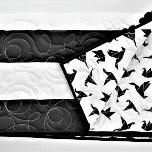 Skandynawska biało czarna narzuta z pomponami pasy