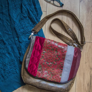 Skórzana torba z haftowaną klapą