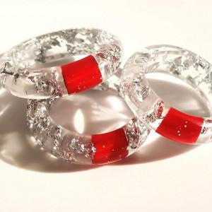 Srebrne płatki i czerwona żywica w pierścionku