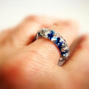 Srebrne płatki i żywica indygo w pierścionku