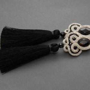 srebrno-czarne kolczyki lub klipsy sutasz