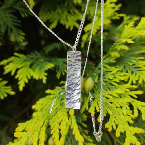 Srebrny naszyjnik z młotkowaną zawieszką