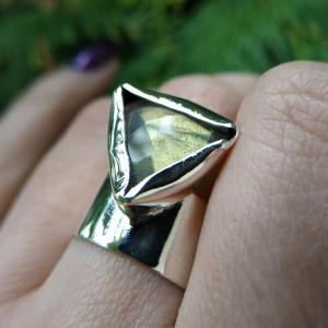 Srebrny pierścionek z fasetowanym labradorytem