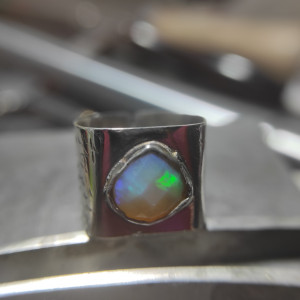 Srebrny pierścionek z fasetowanym opalem