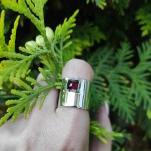 Srebrny pierścionek z małym granatem