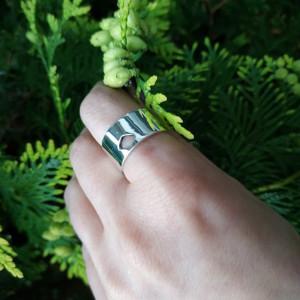 Srebrny pierścionek z wycięciem