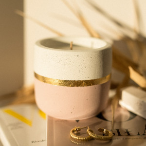 Świeca sojowa w betonowym pojemniku - różowa
