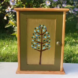 szafka na klucze z malowanym drzewkiem