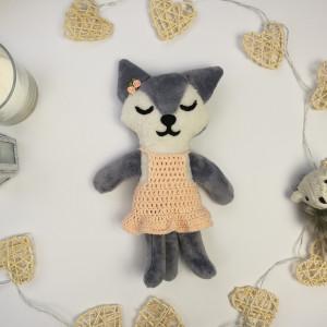 Szara kotka w sukience zrobionej na szydełku