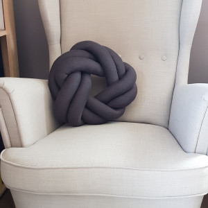 Szara poduszka precel