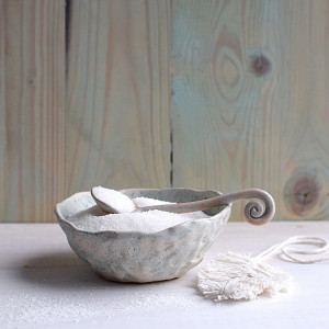 Szaro – niebieska miseczka z łyżeczką.