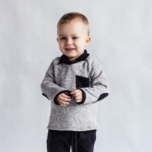 Szary sweter chłopięcy