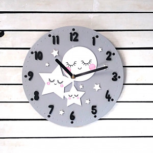 Szary zegar ścienny z księżycem i gwiazdkami