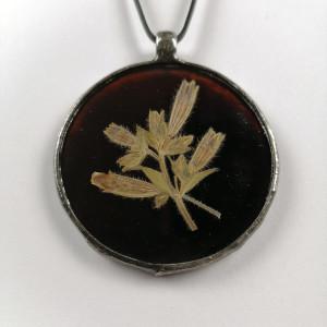 Szklany medalion koło z kwiatami bieńca (brązowy)