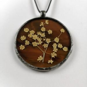 Szklany medalion z kwiatami czarnego bzu (brązowy)