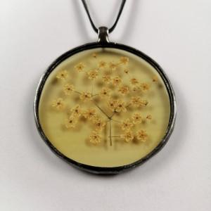 Szklany medalion z kwiatami czarnego bzu (żółtawy)