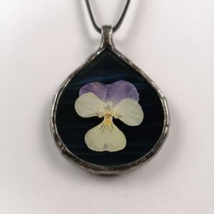 Szklany medalion z kwiatem bratka (granatowy)