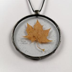 Szklany medalion z liściem klonu (bezbarwny) #2