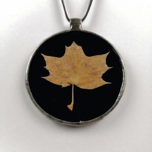 Szklany medalion z liściem klonu (czarny)
