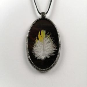 Szklany medalion z piórem papugi (brązowy)