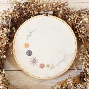 Tamborek na ścianę, haftowany - Kwiatowy Wianek