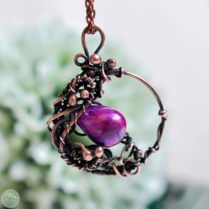 W fiolecie - naszyjnik z perłą rzeczną