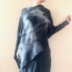 Wełniany asymetryczny sweter/ponczo