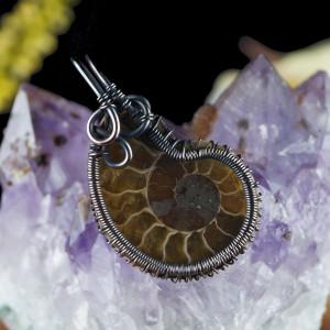 Wisior z miedzi ze skamieliną ammonitu brown