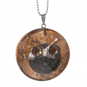 Wisior z sową z częściami zegarków.