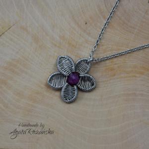 Wisiorek kwiaty z rubinem, wire wrapping