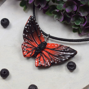 Wisiorek motyl w odcieniach czerwieni i czerni