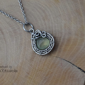Wisiorek prehnit, wire wrapping, stal chirurgiczna
