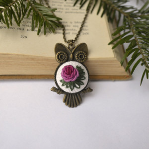 Wisiorek sowa z haftowaną rożą